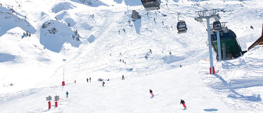 France_valmorel_piste-with-skiers.jpg